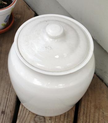 Ceramic jar for compost scraps