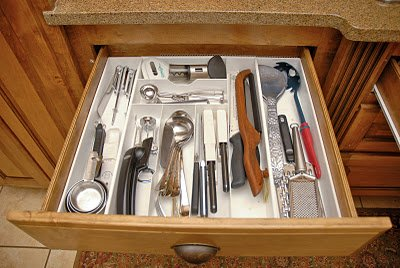Declutter organize silverware drawer hall of fame for Silverware storage no drawers